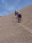 Cruzando la montaña de escoria