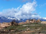 Cortijo en ruinas. Al fondo Sierra Nevada