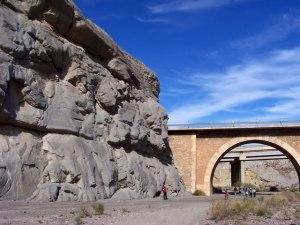 Pared de roca y puentes