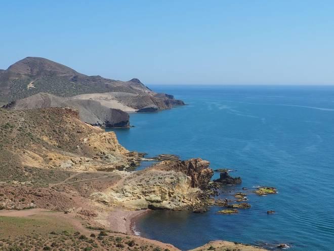 Cala Carbón y Mónsul en la costa. El Cerro del Barronal forma el horizonte.